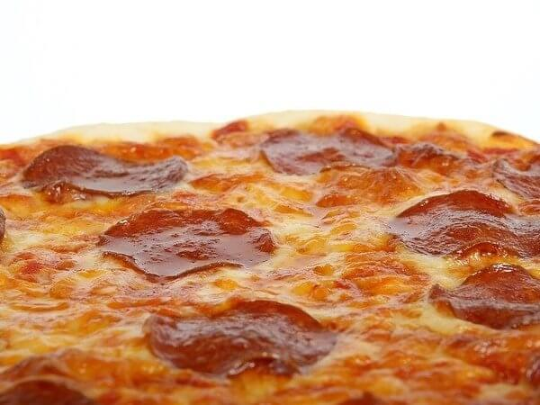 can dogs eat pepperoni pizza